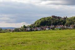 altes knight& x27; s-Schloss an Süd-ländlicher Landschaft Deutschlands im Frühjahr Lizenzfreie Stockfotos