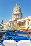 Altes konvertierbares Auto nahe dem Kapitol in Havana lizenzfreies stockfoto