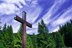 Altes Kreuz in den Bergen Stockbild