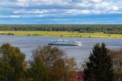 Altes Kreuzschiff auf dem Fluss Stockfotografie