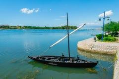 Altes kroatisches historisches Schiff in dem Meer nahe Stadt von Nin, Kroatien Stockfotografie