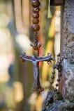 Altes Kruzifix auf dem Kirchhof, Grabarka, Polen Stockbild