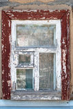 Altes ländliches Fenster mit gebrochener Farbe Stockfotografie