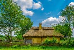 Altes ländliches Häuschen mit einem Strohdach Stockfoto