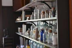 Altes Labor und Flaschen auf einem Regal Stockbilder