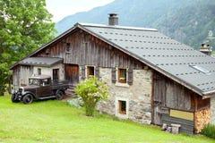 Altes Landhaus und Weinleseauto Lizenzfreies Stockbild