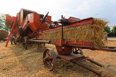 Altes landwirtschaftliches Fahrzeug stockfotos