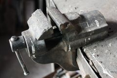 Altes Laster auf dem Werktisch in der Werkstatt lizenzfreie stockfotografie
