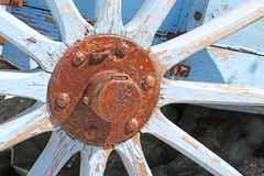 Altes Lastwagenrad des Holzes mit rostiger Nabe Lizenzfreie Stockbilder