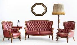 Altes ledernes Sofa mit Lampe und Telefon Stockbilder