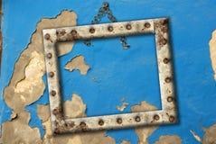 Altes leeres Feld, das an einem unterbrochenen Wandblau hängt Lizenzfreies Stockbild