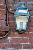 Altes Licht auf einer Backsteinmauer Lizenzfreie Stockbilder