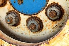 Altes LKW-Rad eines Autos auf der Straße Lizenzfreies Stockbild