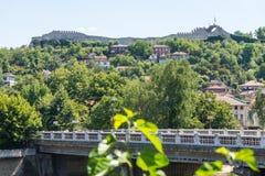 Altes Lovech auf einem Hügel vor Hissar-Festung, Bulgarien Lizenzfreies Stockbild