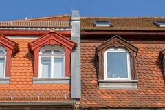 Altes Mansardenfenster repariertes Dach Lizenzfreie Stockfotos