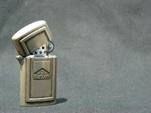 Altes Marlboro-Metallfeuerzeug lizenzfreie stockfotos
