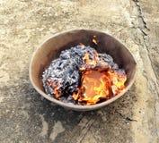 Altes Material wurde zum Feuer, alte Erinnerungen wurde gebrannt geschickt Lizenzfreies Stockfoto