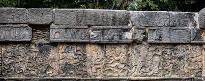 Altes Mayawandgemälde, das einen Adler fasst ein menschliches Herz darstellt Stockfoto