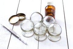 Altes medizinisches höhlendes Glas, der Alkohol, Vaseline und Pinzette Lizenzfreies Stockbild