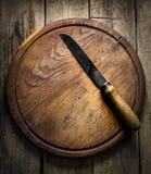 Altes Messer auf einem hölzernen Hintergrund Stockfoto