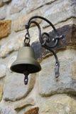Altes Metall Bell auf Steinwand, Tschechische Republik, Europa stockfotografie
