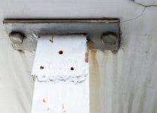Altes Metall verbinden auf der weißen Wand Stockfotos
