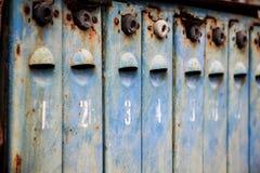 Altes Metall verrostete und nummerierte Briefkästen Lizenzfreie Stockfotos