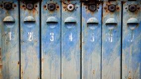Altes Metall verrostete und nummerierte Briefkästen Stockbild