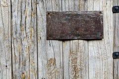 Altes Metallschild auf hölzernem Hintergrund lizenzfreies stockfoto