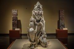 Altes mexikanisches skulpture in der traditionellen Kleidung Stockfoto