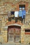 Altes mittelalterliches Gebäude mit dem clothsline, das am Fenster hängt Stockfotos