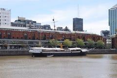 Altes mittelalterliches Schiff am Pier auf dem Fluss Stockfoto