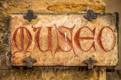 Altes mittelalterliches Zeichen mit roten Buchstaben - Museumstext auf italienisch lizenzfreie stockbilder