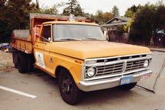 Altes Mode Ford-Auto von Baumsorgfalt u. von gebürtiger Fairfax Kindertagesstättenfirma Kaliforniens Stockbild