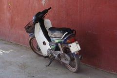 Altes Moped/Roller Lizenzfreie Stockfotos