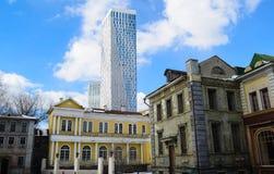 Altes Moskau auf Hintergrund eines Wolkenkratzers Russland Stockbild