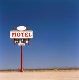 Altes Motel kennzeichnen innen die Wüste Lizenzfreie Stockfotos