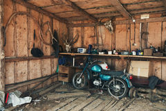 Altes Motorrad in einer malerischen Scheune Weinlese-Motorrad im alten Hangar mit vielen seltenen Gegenständen Stockfotos