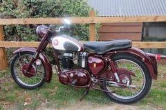 Altes Motorrad oben geparkt stockbild