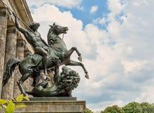 Altes museum Sammansättningsryttare som dräpar ett lejon nära det gamla museet i Berlin Arkivfoto