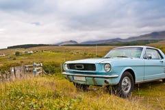Altes Mustangauto auf Landschaftpanorama Lizenzfreies Stockbild