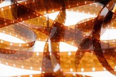 Altes Negativ 16 Millimeter-Filmstreifen auf weißem Hintergrund Stockbilder