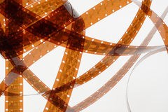 Altes Negativ 16 Millimeter-Filmstreifen auf weißem Hintergrund Stockfotografie