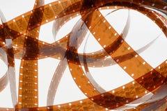 Altes Negativ 16 Millimeter-Filmstreifen auf weißem Hintergrund Stockfoto