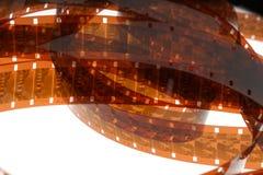 Altes Negativ 16 Millimeter-Filmstreifen auf weißem Hintergrund Stockfotos