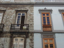 Altes neue Mittelmeerhäuser nebeneinander Stockbilder