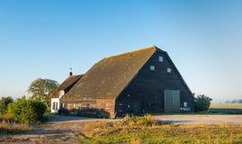 Altes niederländisches Bauernhaus mit Scheune Lizenzfreies Stockfoto