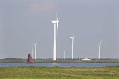 Altes niederländisches Segelschiff und moderne Windkraftanlagen Lizenzfreie Stockfotos