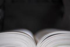 Altes offenes Buch, dunkler Hintergrund Lizenzfreie Stockbilder