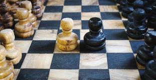 Altes olivgrünes hölzernes Schachspielbrett mit staunton Stücken und Schwarzweiss-Pfandkämpfen Kopf-an-Kopf- lizenzfreies stockfoto